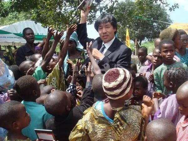 这位华人在非洲修了座水电站成了酋长,各种特权!