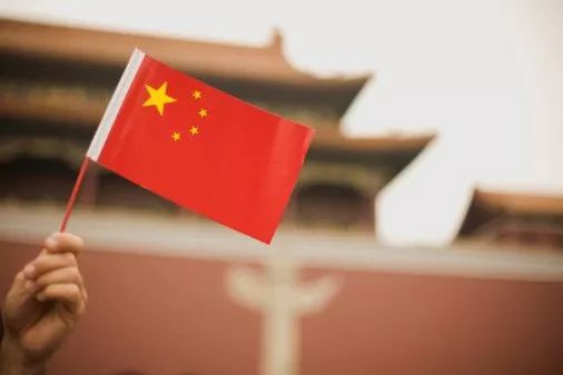 为什么海外华人那么爱国,但是让他回国却不愿意