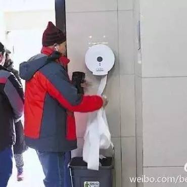 看到这些老人偷厕纸,我开始理解国家为什么不把公共设施建设好了