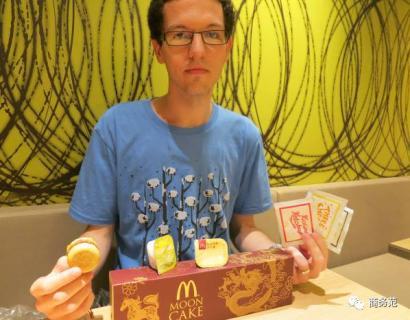 29岁的他吃遍53个国家的麦当劳,中国的颜色最可怕,日本食物最奇葩。
