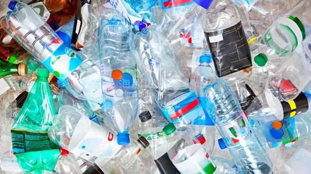 【经济】塑料被列入黑名单,瓶装水市场面临巨大冲击
