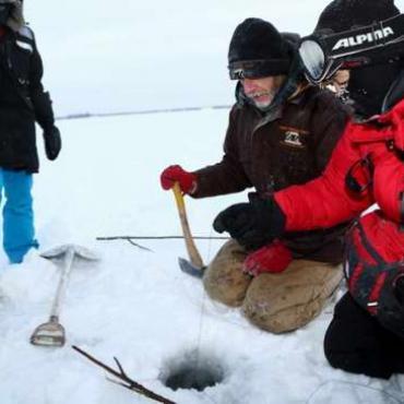 在加拿大冰面上钓大鱼 鱼儿上钩当场做刺身(组图)