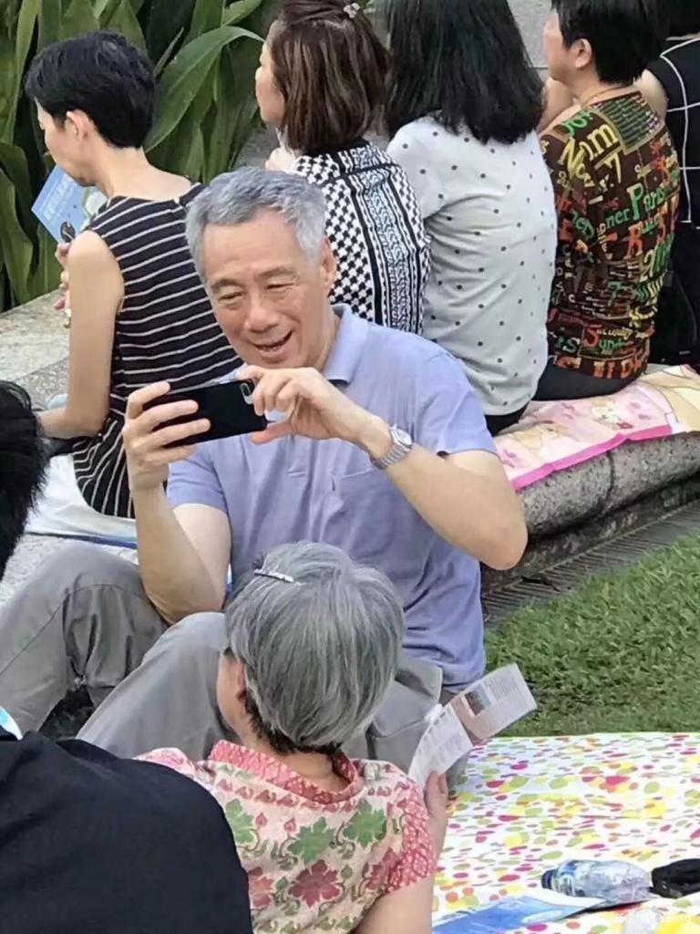 """在大庭广众下""""葛优躺""""的总理"""